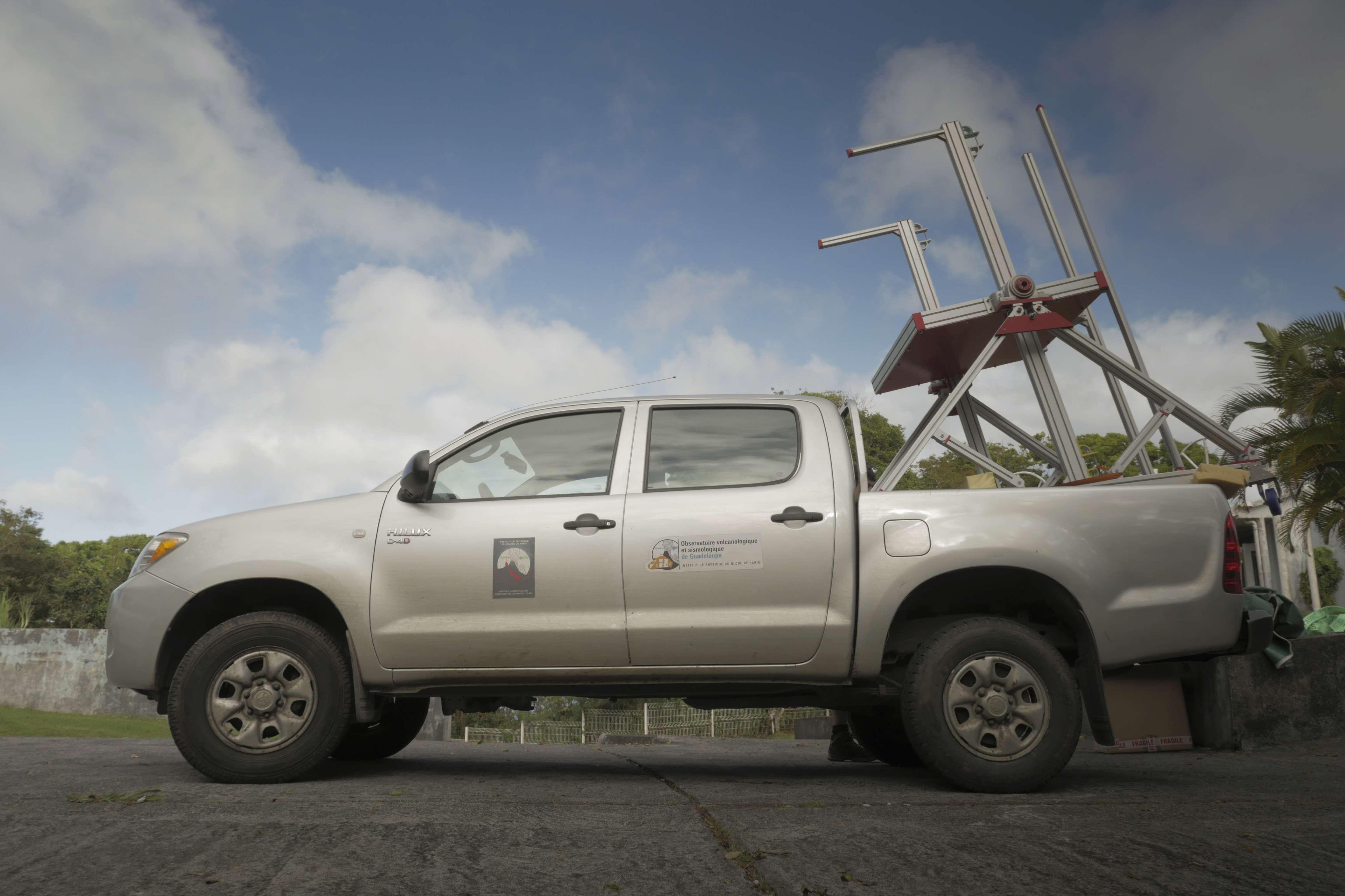 Pré-assemblé à l'observatoire, l'un des 3 télescopes est acheminé sur site sur les routes étroites de Basse-Terre