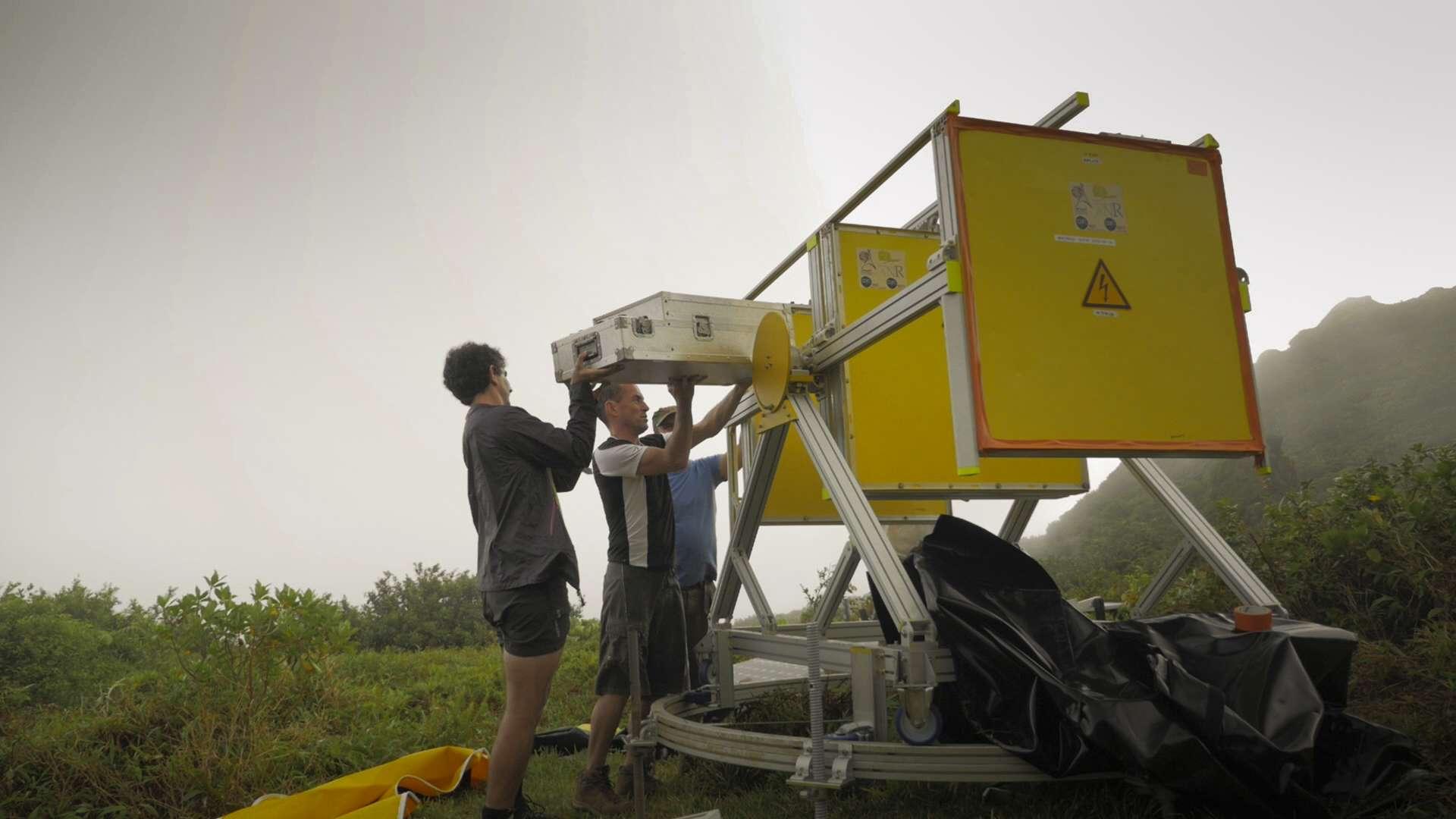 """Installation de la partie électronique du télescope. La """"control box"""" doit résister aux conditions climatiques de la Soufrière: Humidité, chaleur et vent"""