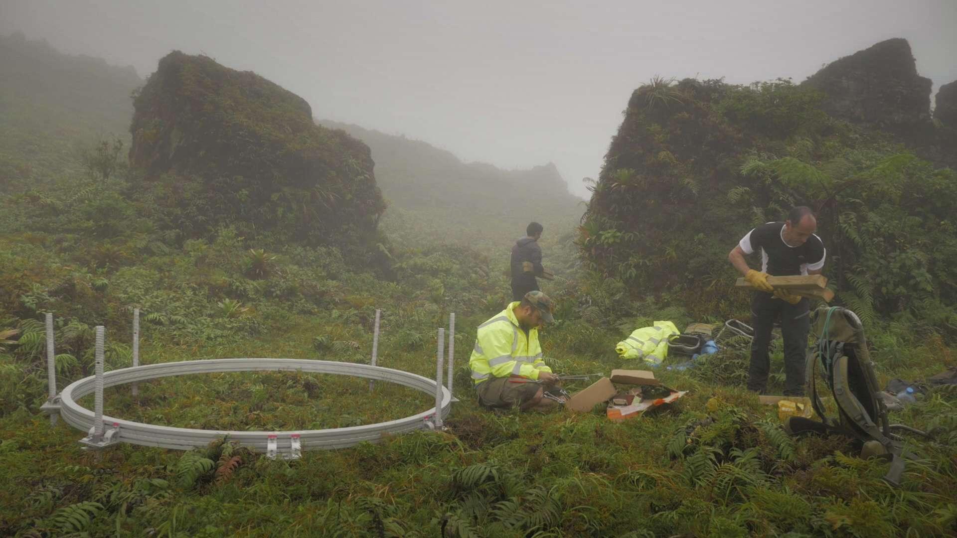 Installation de l'un des 3 télescopes autour des la soufrière