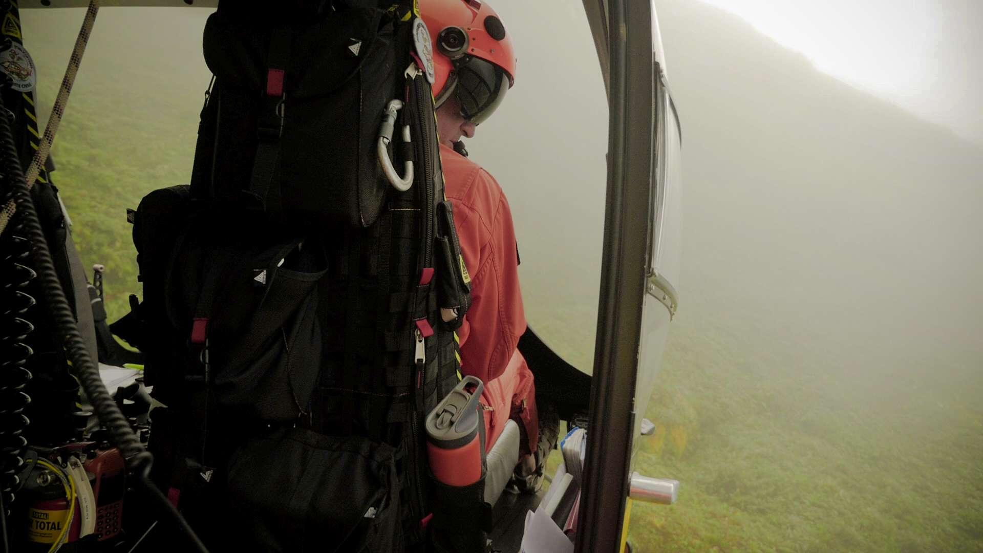 A bord de l'EC145 de la Sécurité Civile au cours de l'hélitreuillage des instruments de l'expérience DIAPHANE